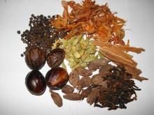A palavra ?chai?, no idioma Hindi, significa simplesmente ?chá?. Essa palavra é comumente usada para denominar o que os indianos chamam de ?chai masala? ou chá de especiarias. Dessa raiz vem a palavra ?chá?, que usamos para qualquer infusão de ervas. Quem já percorreu os caminhos da Índia, certamente não saiu de lá sem provar o delicioso ?chai masala?, preparado com especiarias e leite, oferecido em sinal de boas-vindas aos visitantes.Chai é um saboroso e aromatico  chá Indiano com propriedades expectorantes,digestivas e energeticas devido a sua combinação  especial de especiarias. Auxilia em tratamentos para queima de gordura.Ótimo para manter a saúde  e boa forma.   Além de ter um aroma agradável e ser muito saboroso, o chá indiano tem outros benefícios. Produz um efeito revigorante, ajuda na boa digestão, é rico em antioxidantes e auxilia no tratamento da pele. É bastante indicado no tratamento de gastrite, amenizando as dores estomacais, grávidas e pessoas que sofrem de hipertensão. Tem efeito termogênico que auxilia no emagrecimento.  O Chá Indiano (masala chai) produz um efeito calmante, atua como uma ajuda digestiva natural e dá uma maravilhosa sensação de bem estar. Quem experimentou diz que é difícil resistir a um segundo copo.  Chai e Masala Chai são a mesma coisa? chai Muitas pessoas se referem ao chá indiano como Chai, acreditando que só muda o nome, porém o Chai, que é apenas o chá misturado às especiarias, não contém leite, enquanto o Masala Chai é preparado, tendo como base o leite, de preferência gordo, cujo sabor é mais encorpado.